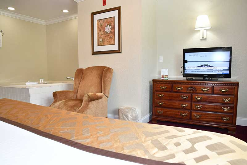 romantic hotel room with king bed and jacuzzi tub at Reagan Inn